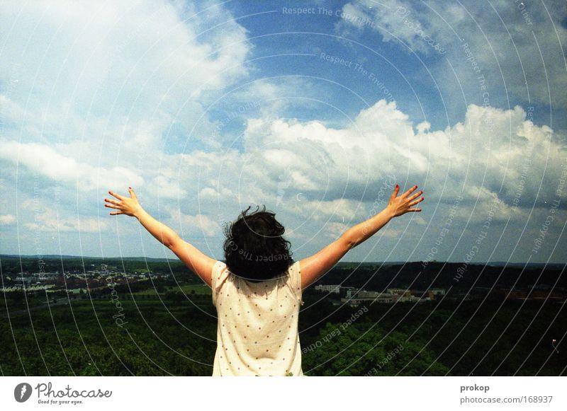 Vier Kitschogramm Freiheit, bitte. Mensch Frau Himmel Natur Jugendliche Hand schön Sommer Freude Wolken Erwachsene Umwelt feminin Leben Gefühle Frühling