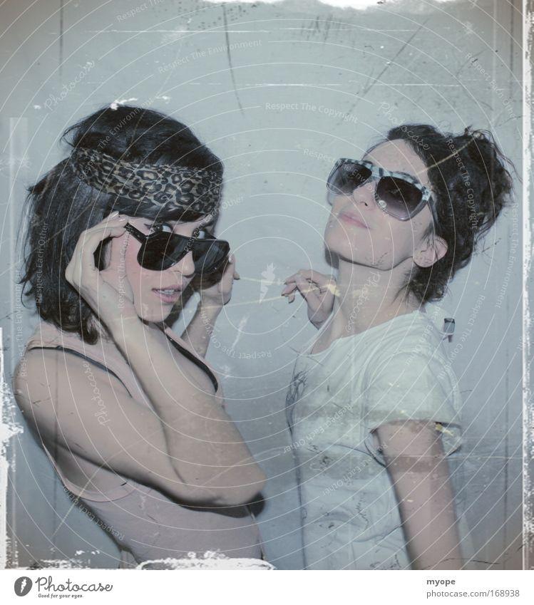 Frau Mensch Jugendliche Erwachsene Gesicht Brille Kopf Mode Freundschaft Mund Arme Porträt Bekleidung Ohr 18-30 Jahre dünn