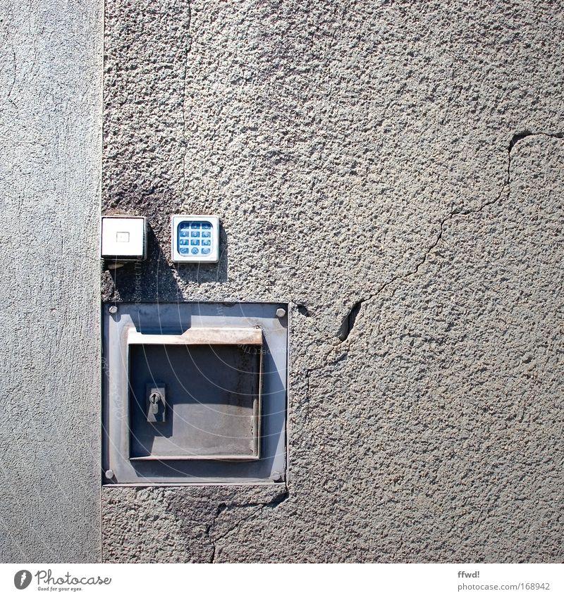 [PC-Usertreff Ffm]: Hochsicherheitsanlagenkontrollsystem Stadt Haus kalt Wand grau Mauer Metall Beton Fassade Industrie Sicherheit trist kaputt Schutz