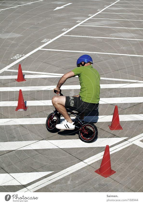 Fahrschule für die Kleinen Mann Erwachsene Linie Kindheit Fahrrad Freizeit & Hobby Beginn frisch Geschwindigkeit Sicherheit fahren positiv Fahrradfahren Sportler Helm