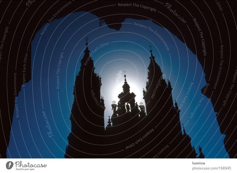 Kathederale in Santiago de Compostela Farbfoto Außenaufnahme Tag Silhouette Sonnenlicht Gegenlicht Starke Tiefenschärfe Froschperspektive Vorderansicht