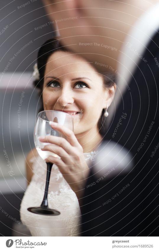 Trinkender Wein der eleganten Frau an einer Funktion Alkohol Champagner Glück schön Feste & Feiern Hochzeit Junge Frau Jugendliche Junger Mann Erwachsene