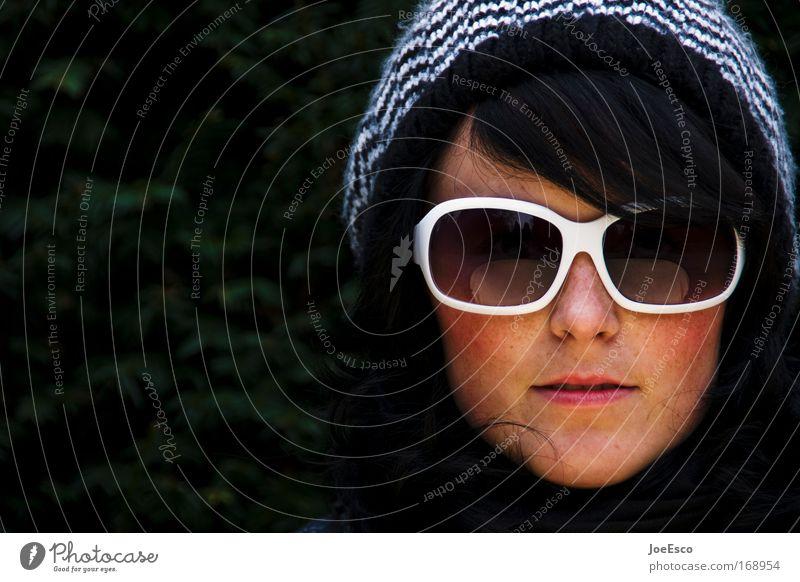 sonnenbrille und pudelmütze Farbfoto Außenaufnahme Textfreiraum links Tag Porträt Blick Blick in die Kamera feminin Frau Erwachsene Kopf Haare & Frisuren