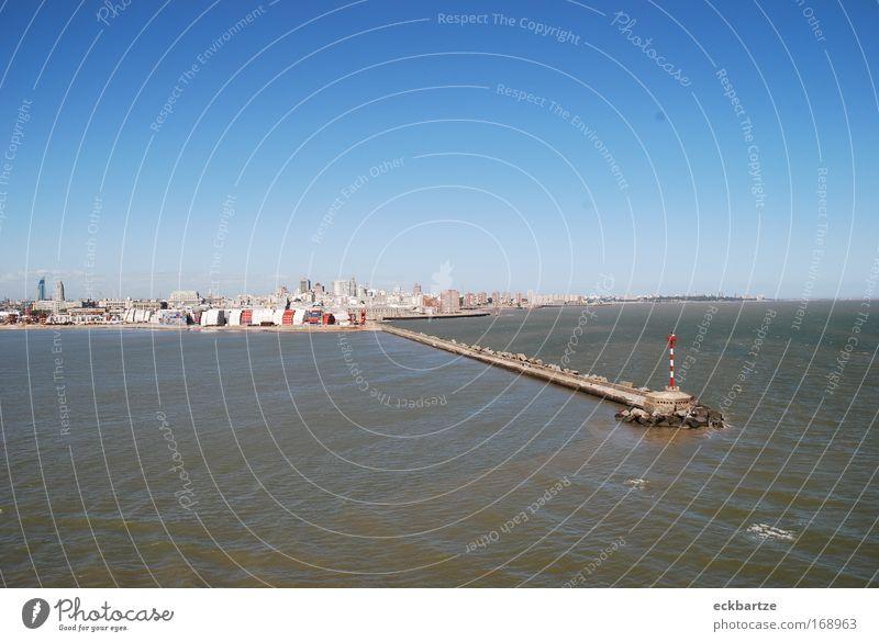 Montevideo Farbfoto Außenaufnahme Menschenleer Textfreiraum oben Textfreiraum unten Tag Vogelperspektive Totale Skyline Haus Hochhaus Bankgebäude Hafen Ferne
