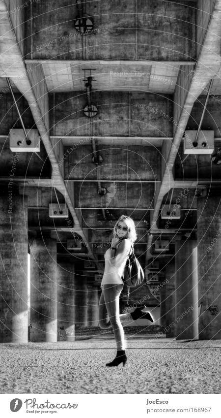 urbaner chic Mensch Frau schön Freude Erwachsene feminin Gefühle Architektur Freiheit lachen Stil Mode blond Freizeit & Hobby natürlich Brücke