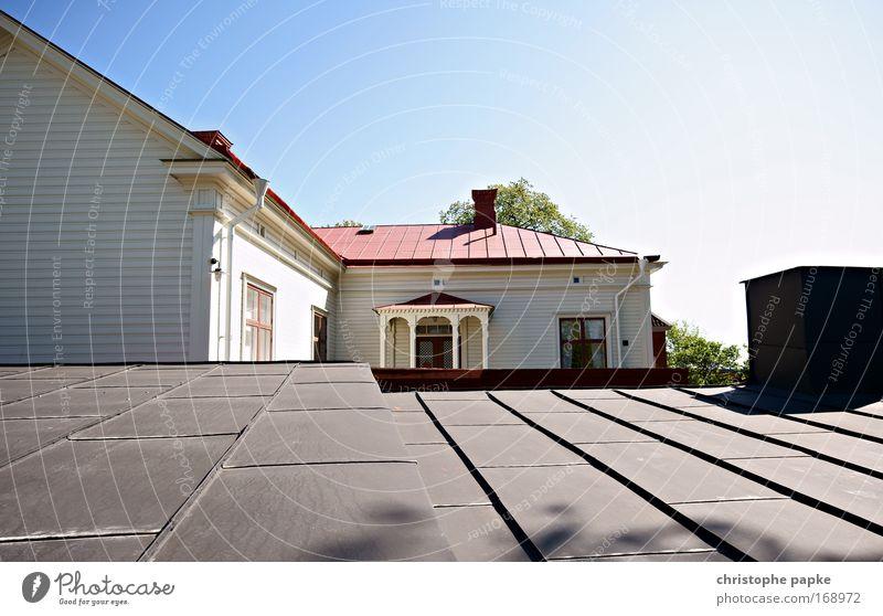 Jmd aufs Dach steigen weiß Ferien & Urlaub & Reisen Sommer Haus Fenster Holz Tür Tourismus Häusliches Leben Dorf historisch Fernweh Sightseeing Sommerurlaub