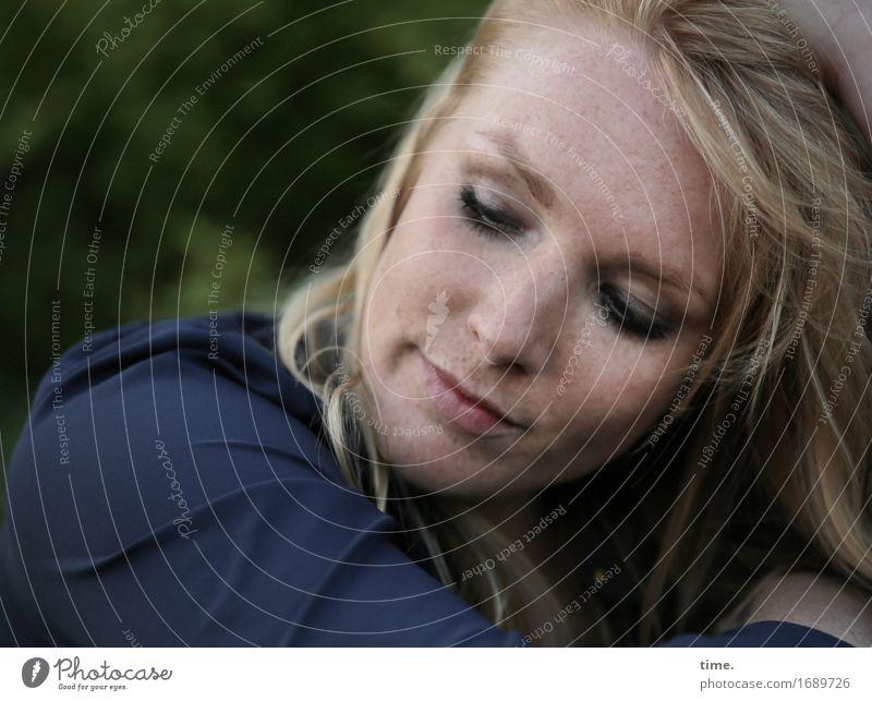 . feminin 1 Mensch Park Hemd blond langhaarig beobachten Denken Erholung Blick warten schön Zufriedenheit Müdigkeit Schmerz Sehnsucht Heimweh Fernweh