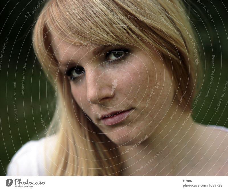 . feminin 1 Mensch Hemd blond langhaarig beobachten Denken Blick warten schön Coolness Willensstärke Sicherheit Wachsamkeit Ausdauer standhaft Neugier Interesse