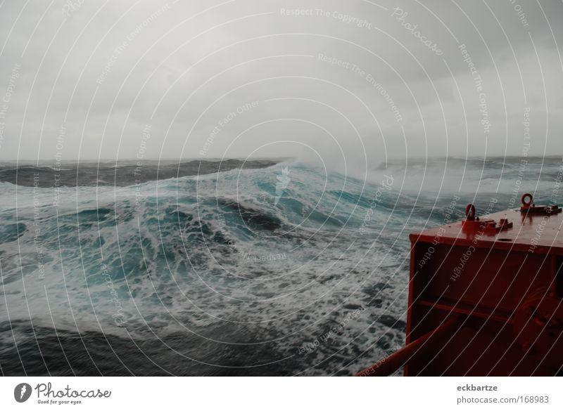 Sturm in der Biskaya Wellen Wasserfahrzeug Wind groß gefährlich Wetter Unwetter Schifffahrt Gischt schlechtes Wetter Containerschiff An Bord