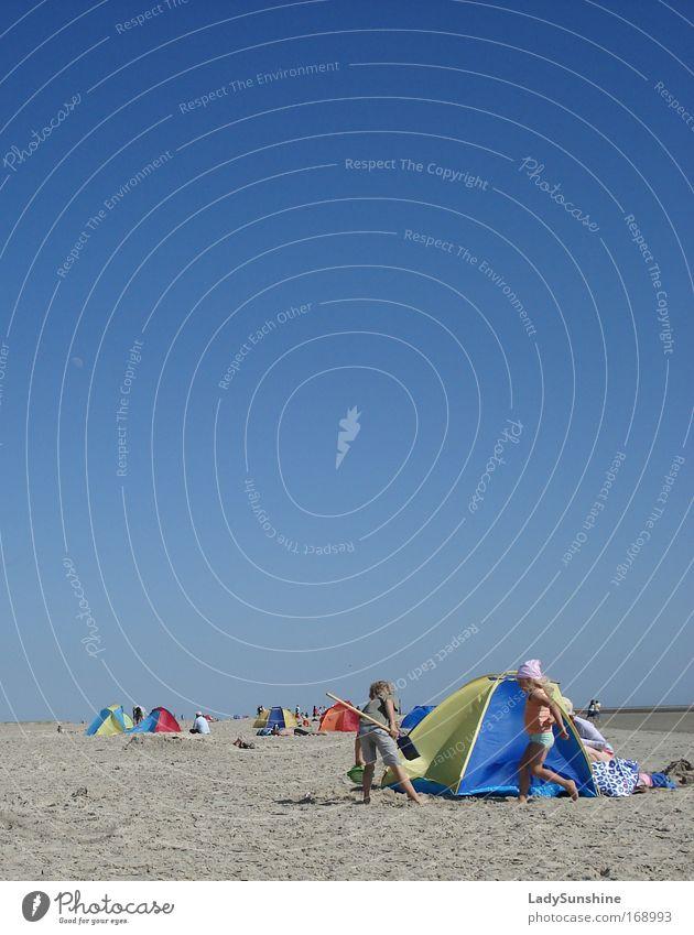Strandvergnügen Mensch Kind Wasser Sommer Freude Ferien & Urlaub & Reisen springen Spielen lachen Sand Landschaft Zusammensein laufen Fröhlichkeit