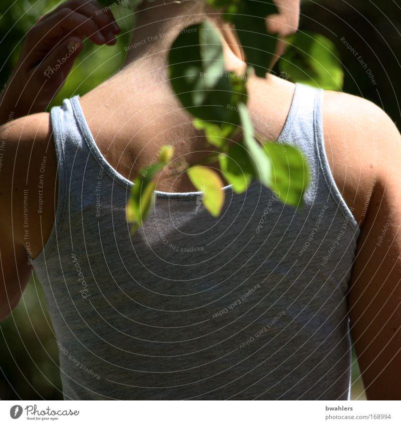 Rück-Sicht Farbfoto Außenaufnahme Detailaufnahme Tag Schatten Schwache Tiefenschärfe Zentralperspektive Oberkörper Rückansicht Joggen Mensch Junge Frau