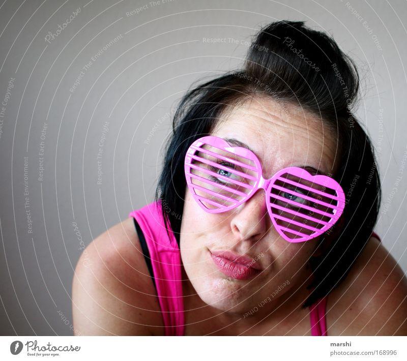 lieb gucken Farbfoto Mensch feminin Junge Frau Jugendliche Erwachsene Kopf 1 Liebe Blick träumen trendy Kitsch verrückt rosa Brille Haare & Frisuren verträumt