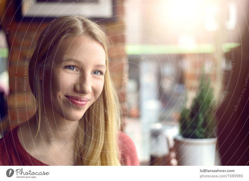 Mensch Frau Jugendliche 18-30 Jahre Gesicht Erwachsene sprechen Glück Freundschaft blond Lächeln Freundlichkeit Restaurant hören Café Ausdruck