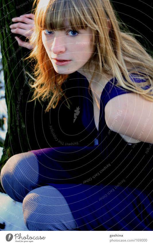 Im Blick gefangen Frau Mensch Jugendliche blau schön Baum Ferien & Urlaub & Reisen Erwachsene Ferne feminin Leben Schnee Freiheit Mode blond natürlich