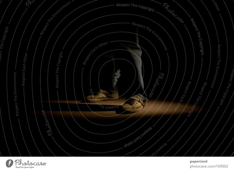 Die Arbeit der Nacht II Nachtleben Mensch maskulin Mann Erwachsene Beine Fuß 1 Fußgänger Bekleidung Hose Schuhe Turnschuh drehen stehen warten bedrohlich