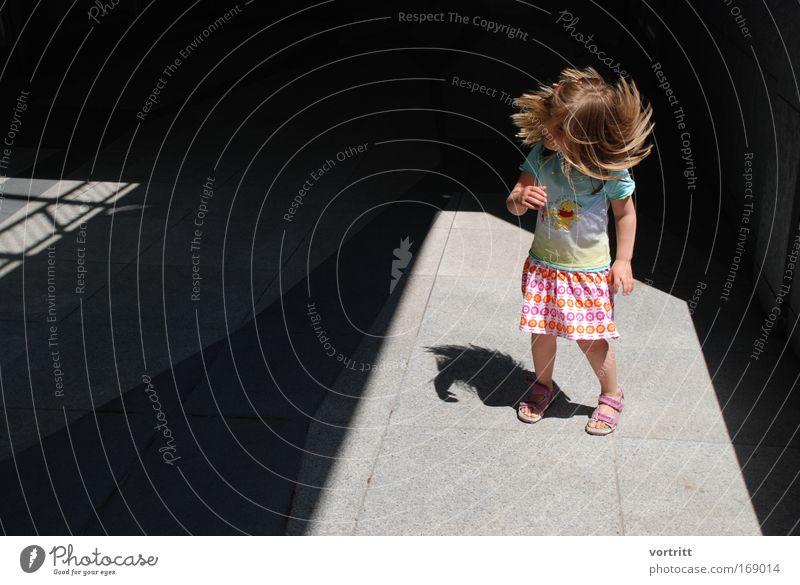 the world keeps turning Mensch Kind blau Stadt Mädchen Sommer Freude gelb Leben Bewegung Haare & Frisuren Kunst Kindheit rosa wild Energiewirtschaft