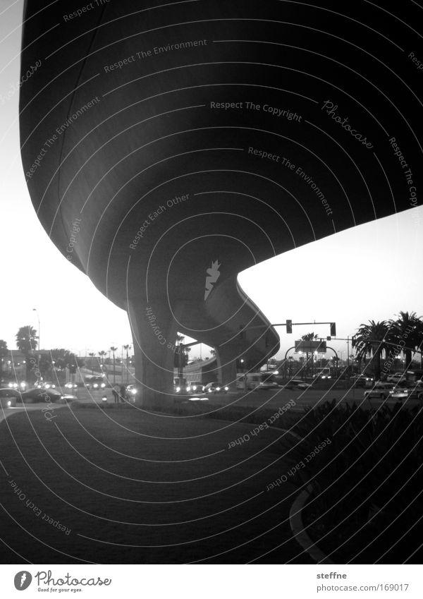 black tube Schwarzweißfoto Außenaufnahme Textfreiraum oben Textfreiraum unten Dämmerung Licht Schatten Kontrast San Diego USA Straßenverkehr Autofahren Autobahn