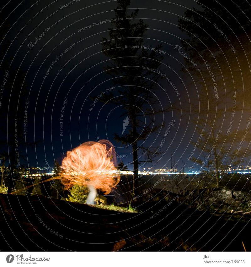mit Feuer spielen 3 Farbfoto Außenaufnahme Experiment Textfreiraum unten Nacht Licht Langzeitbelichtung Ferien & Urlaub & Reisen Freiheit Feuerstelle Glut