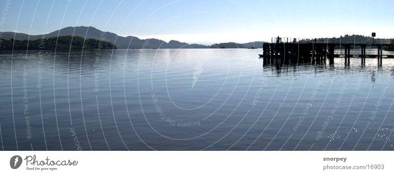 Der See Natur Wasser Himmel blau ruhig dunkel Holz See Landschaft Zufriedenheit groß Europa Gelassenheit Steg tief Loch