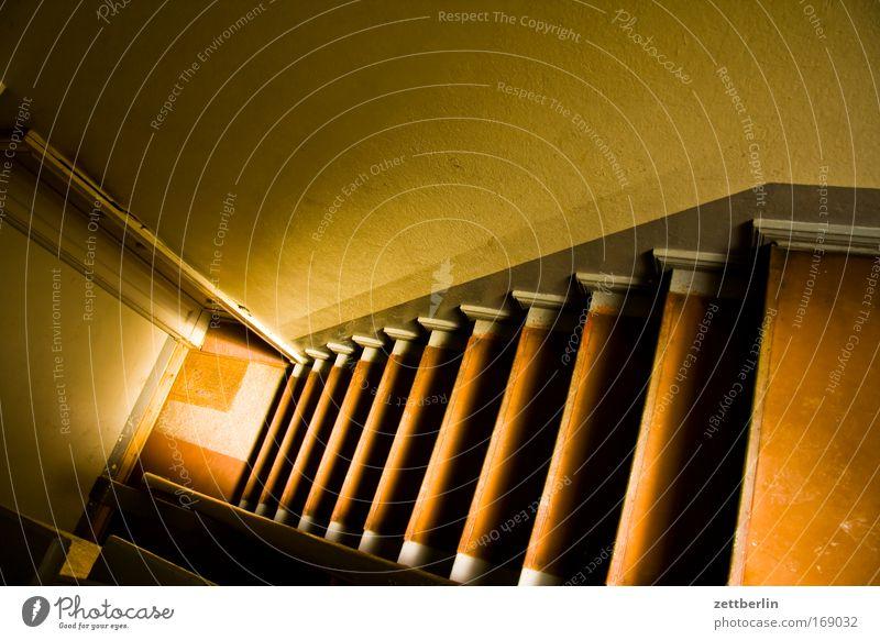 Treppe Niveau stufen Treppenhaus Treppenabsatz Wand Bodenbelag Stadthaus Mieter Vermieter abwärts Karriere Abstieg aufsteigen Richtung Licht Sonne Schatten