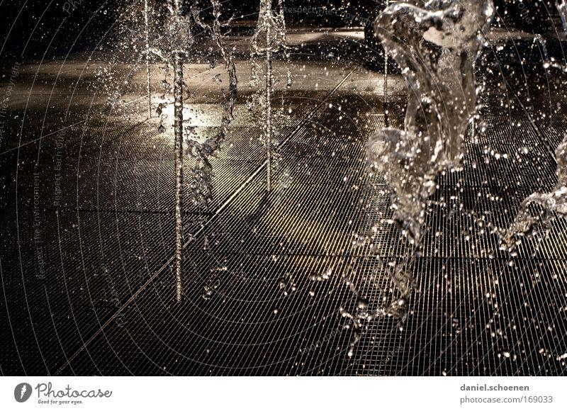 Springbrunnen in der Wüste Gedeckte Farben Detailaufnahme abstrakt Menschenleer Abend Schatten Kontrast Reflexion & Spiegelung Gegenlicht Wasser Wassertropfen