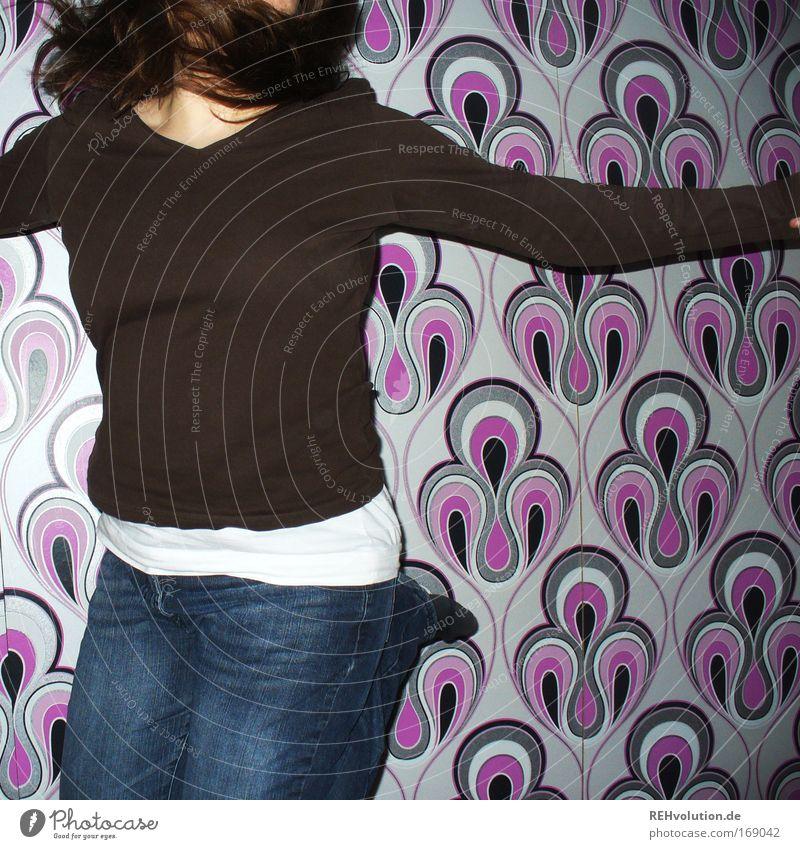 bäääm Farbfoto Innenaufnahme Freude Glück Tapete Raum Junge Frau Jugendliche 1 Mensch 18-30 Jahre Erwachsene Jeanshose Pullover brünett langhaarig Bewegung