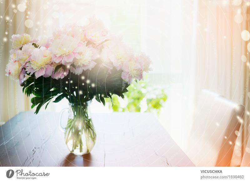 Blumenstrauß in Glasvase auf dem Tisch vor dem Fenster Natur Pflanze Sommer Sonne gelb Innenarchitektur Liebe Lifestyle Stil rosa Design Wohnung Raum