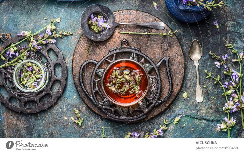 Tasse Kräutertee mit frischen Kräuter und Blumen. Getränk Heißgetränk Tee Geschirr Löffel Lifestyle Stil Gesundheit Alternativmedizin Gesunde Ernährung Leben