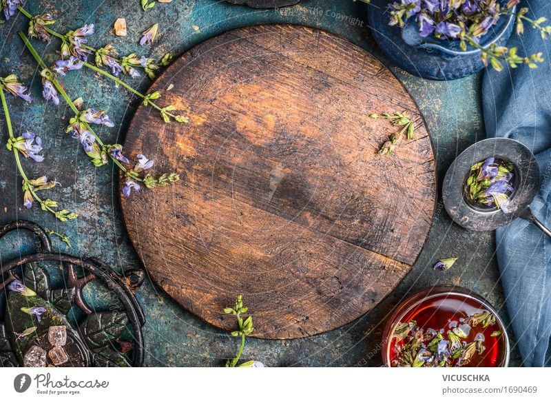 Kräutertee kochen. Tasse Tee und verschiedene Heilkräuter Natur Pflanze blau Gesunde Ernährung Blume dunkel Leben Stil Gesundheit Design retro Getränk
