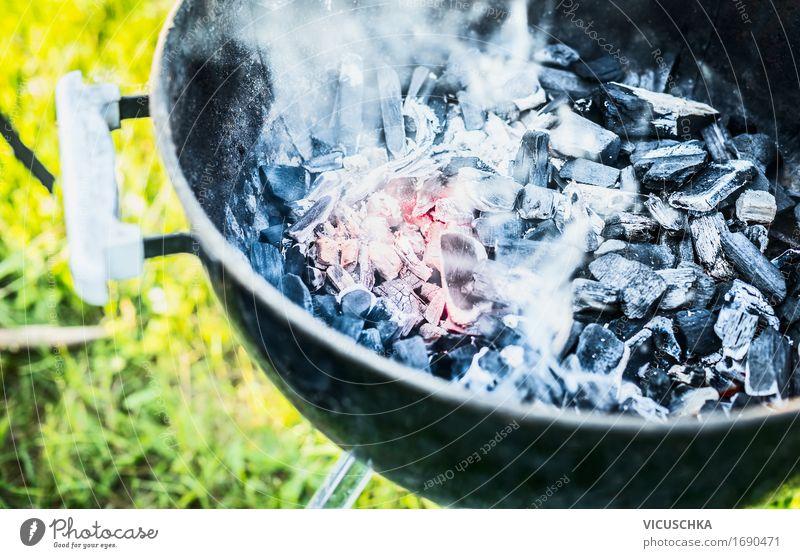 Heiße Kohlen mit Rauch in Grill Lifestyle Freude Freizeit & Hobby Sommer Garten Party Schönes Wetter Wärme Gras Park Wiese Grillen Grillrost Grillsaison