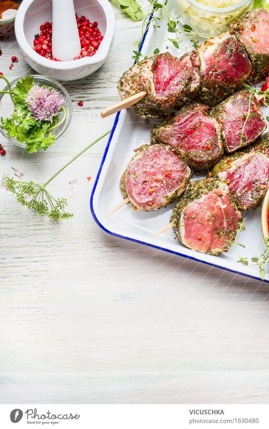 Fleischspießein mit grünen Kräutern und Gewürzen Sommer Gesunde Ernährung Foodfotografie Stil Holz Lebensmittel Party hell Design Häusliches Leben Tisch