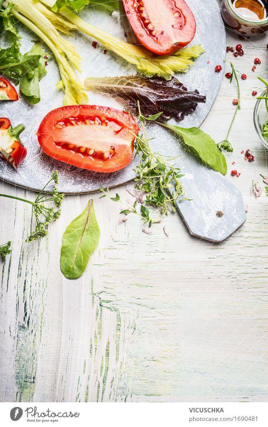 Frische Zutaten für leckeren Salat Gesunde Ernährung Foodfotografie Stil Lebensmittel hell Design Häusliches Leben frisch Tisch Kräuter & Gewürze Küche Gemüse