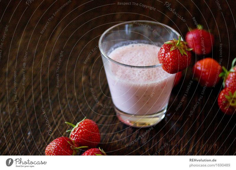 Erdbeershake Lebensmittel Getränk Erfrischungsgetränk Milch Glas Holz lecker Geschmackssinn Erdbeeren Erdbeer Shake Milchshake Frucht fruchtig süß Farbfoto