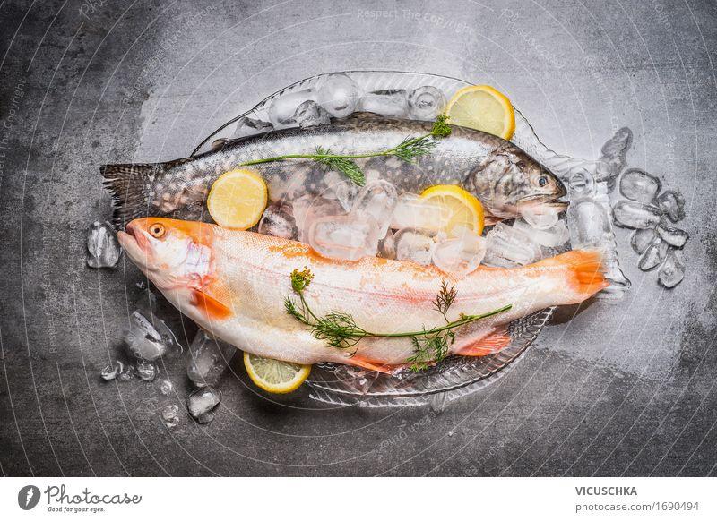 Ganze Forellen auf der Glasplatte mit Eiswürfel Gesunde Ernährung Foodfotografie Stil Lebensmittel Design Tisch Kräuter & Gewürze Fisch kochen & garen Küche