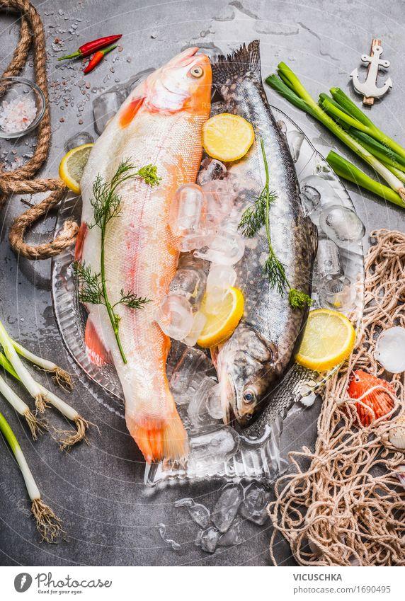 Rohe ganze Forellen mit frischen Zutaten Lebensmittel Fisch Gemüse Ernährung Mittagessen Abendessen Festessen Geschäftsessen Bioprodukte Vegetarische Ernährung