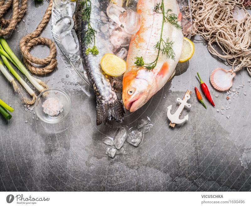 Frische roheganze Forellen mit Zutaten Lebensmittel Fisch Kräuter & Gewürze Ernährung Festessen Bioprodukte Vegetarische Ernährung Diät Schalen & Schüsseln Stil