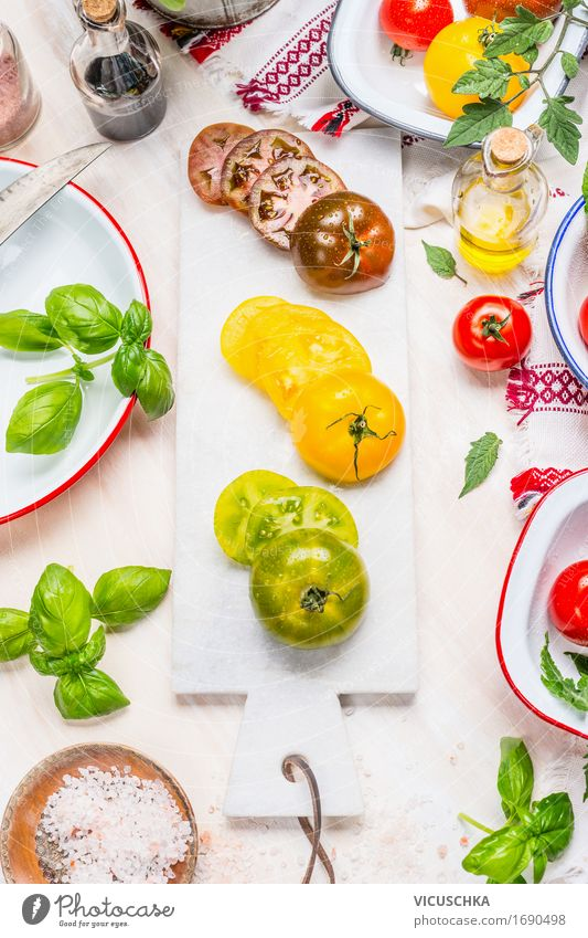 Grüne, gelbe und rote Tomaten auf Marmor Schneidebrett Lebensmittel Gemüse Salat Salatbeilage Kräuter & Gewürze Öl Ernährung Mittagessen Abendessen Büffet
