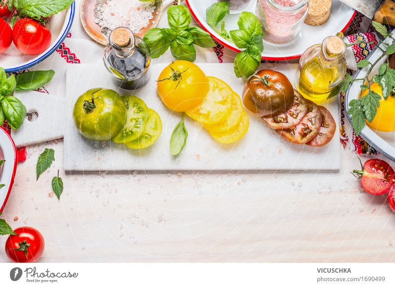 Bunte Tomaten für Salat Gesunde Ernährung gelb Leben Stil Lebensmittel Design Häusliches Leben Glas Tisch Kräuter & Gewürze Küche Gemüse Bioprodukte Restaurant