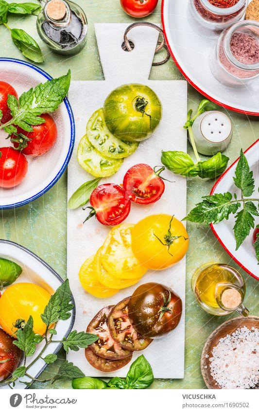 Bunte Tomaten in Scheiben geschnitten mit Kochzutaten Lebensmittel Gemüse Salat Salatbeilage Kräuter & Gewürze Öl Ernährung Mittagessen Abendessen Büffet Brunch