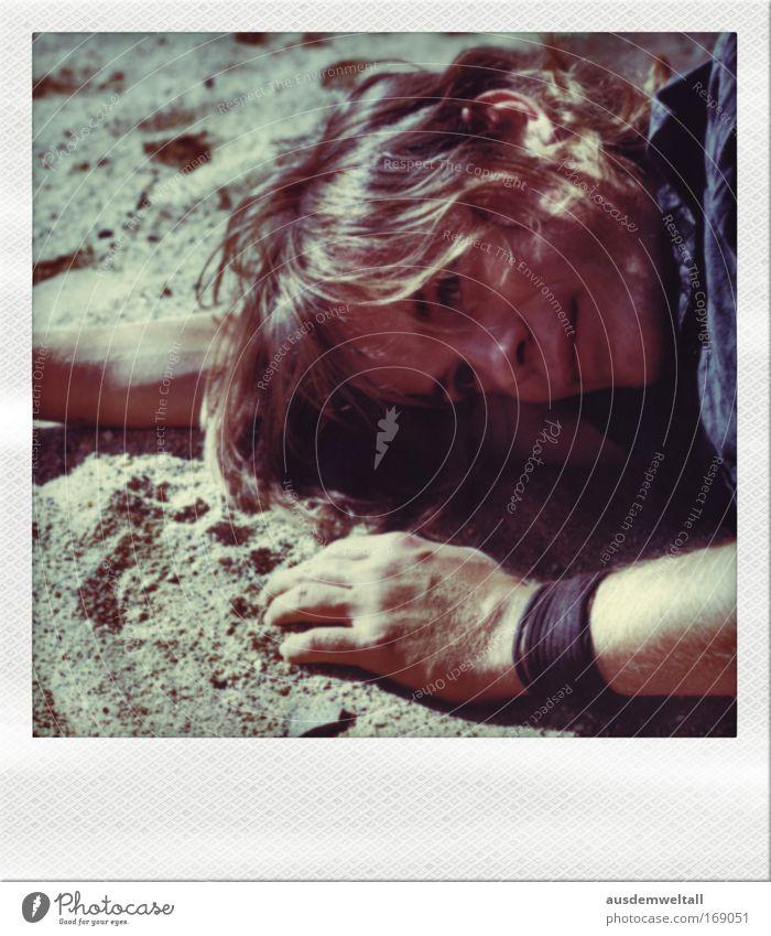 Müder Sandmann Farbfoto mehrfarbig Außenaufnahme Nahaufnahme Polaroid Tag Licht Schatten Kontrast Porträt Blick nach unten Wegsehen Mensch maskulin Mann