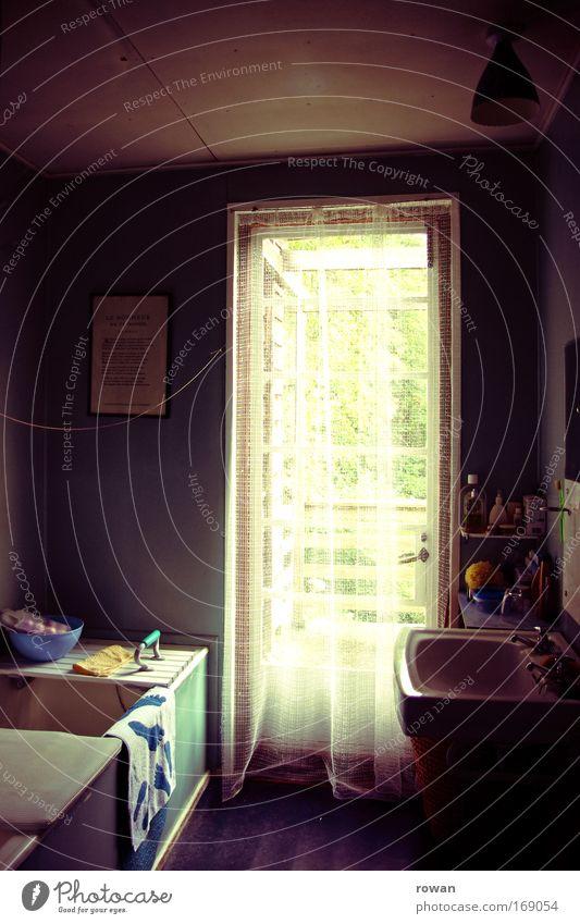 07:00 Uhr früh Farbfoto Innenaufnahme Menschenleer Morgen Haus Einfamilienhaus Balkon Garten Fenster Tür Reinigen Häusliches Leben alt violett Geborgenheit