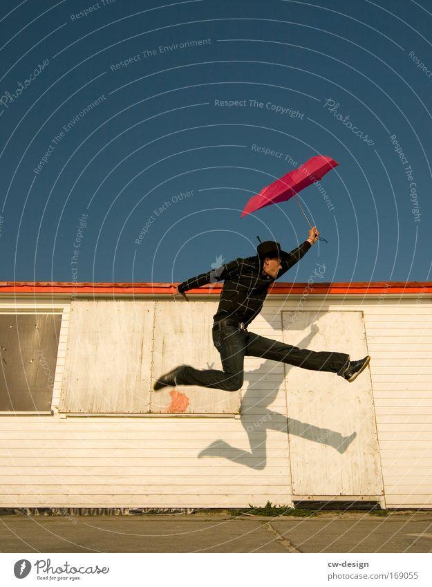 Harry Poppins Farbfoto mehrfarbig Textfreiraum links Textfreiraum oben Textfreiraum unten Tag Schatten Sonnenstrahlen Froschperspektive Ganzkörperaufnahme