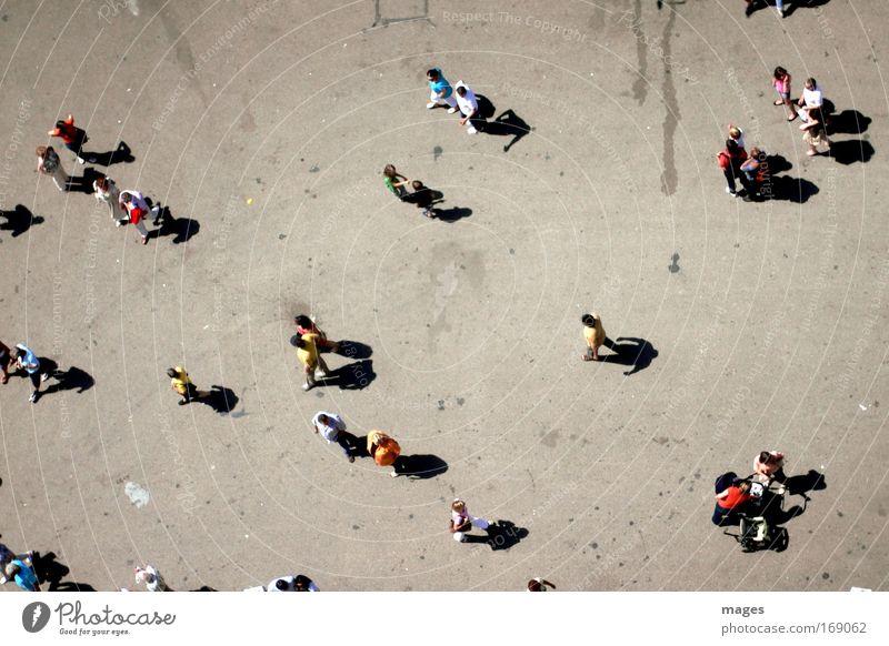 Überflug Straße Wege & Pfade klein Menschengruppe Vogelperspektive gehen Beton Platz mehrere dünn Fußgänger Personenverkehr bevölkert Flugzeugausblick