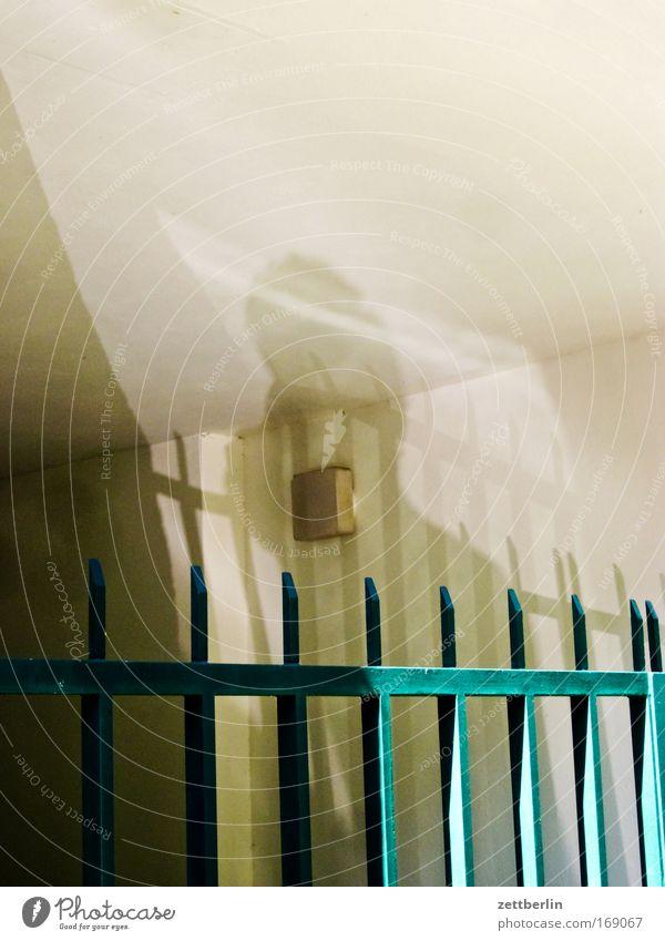 Schatten meiner selbst Lampe Tür Sicherheit Schutz Spitze Tor Eingang Zaun Barriere Durchgang Textfreiraum Sicherheitsdienst Zugang Hausmeister