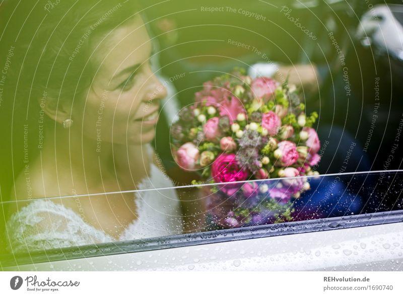 Schönster Tag | im Auto Mensch feminin Junge Frau Jugendliche Erwachsene Paar Gesicht 1 18-30 Jahre Kleid fahren Lächeln schön Gefühle Freude Glück