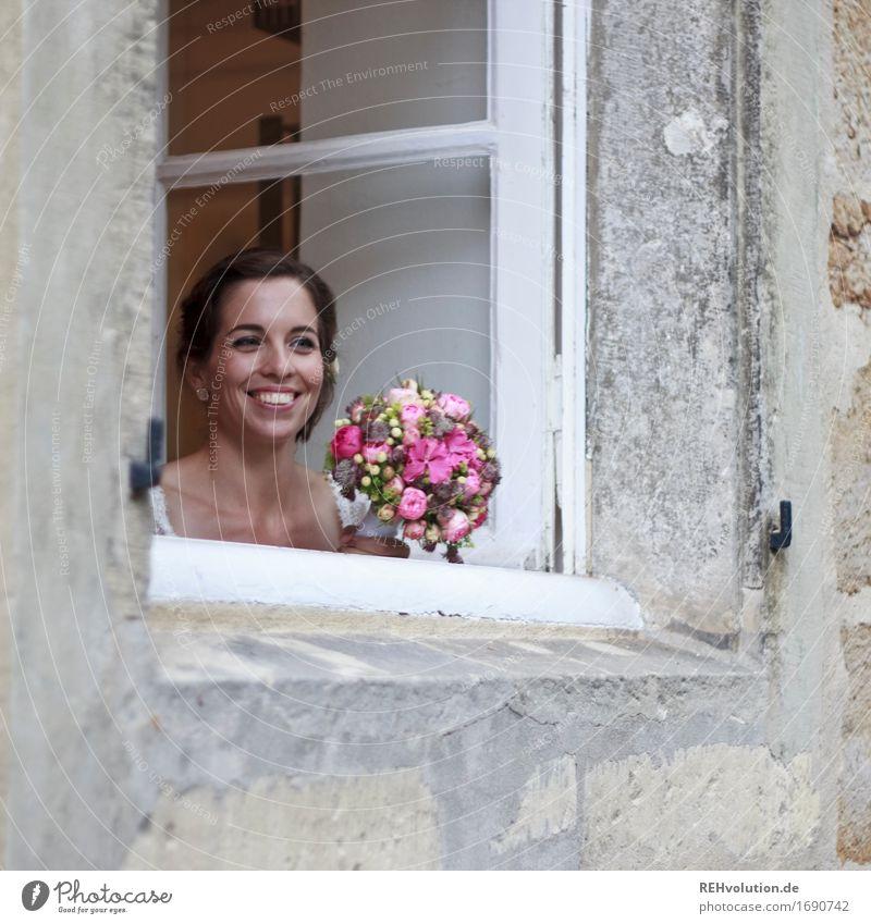 Schönster Tag | Braut am Fenster Feste & Feiern Hochzeit Mensch feminin Junge Frau Jugendliche Gesicht 1 18-30 Jahre Erwachsene Blume Haus Lächeln authentisch