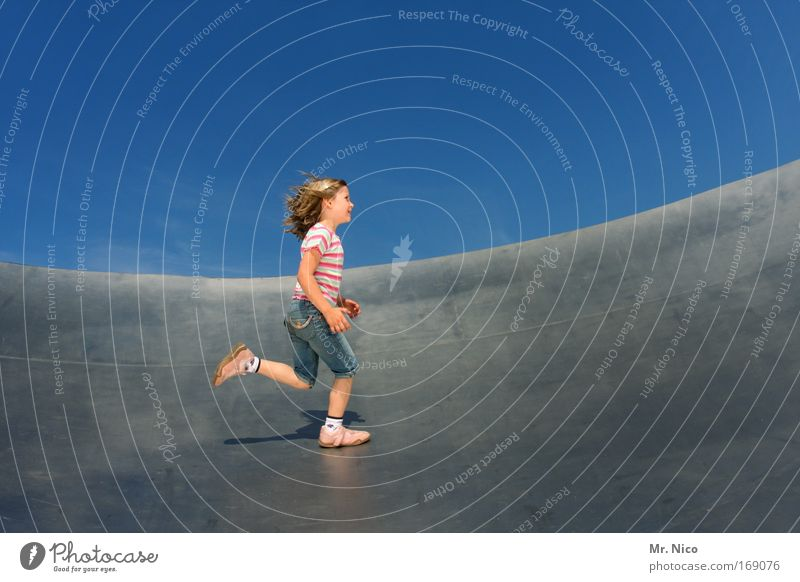kreisläufer Mädchen Freude Spielen Bewegung Beine Metall blond laufen Kind Geschwindigkeit Fröhlichkeit Laufsport Ziel Schönes Wetter Fitness rennen