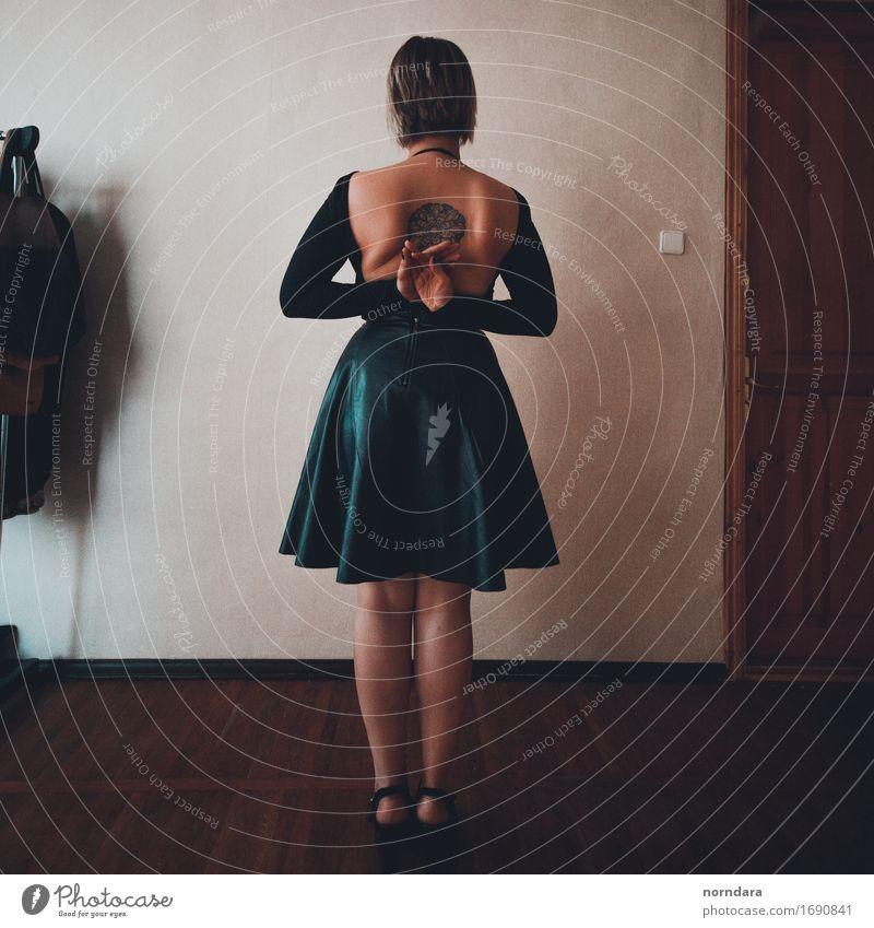 Mädchen mit einer Tätowierung auf ihr zurück Junge Frau Jugendliche Erwachsene Körper Haut Rücken Beine 1 Mensch Mauer Wand Bekleidung Rock Unterwäsche Leder