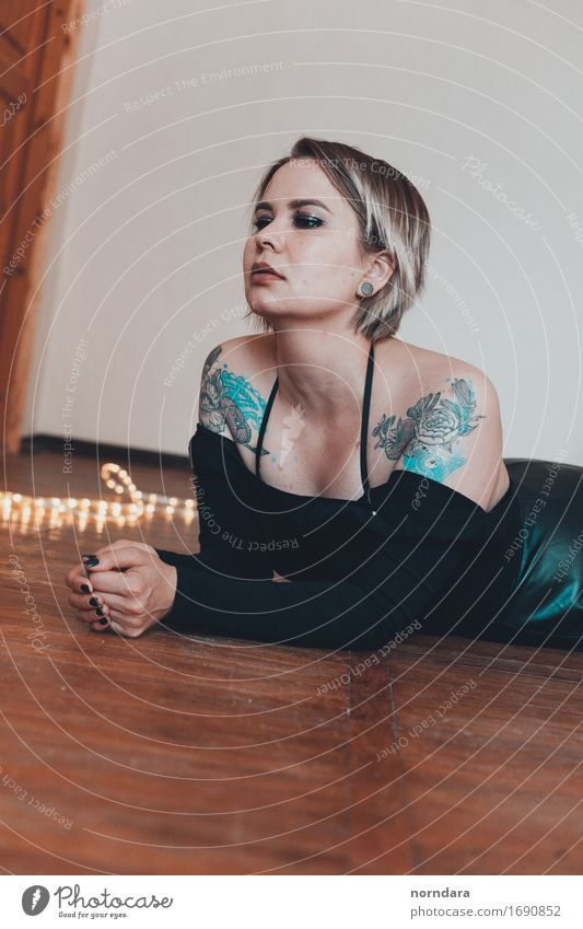 Mädchen mit Tätowierung Mensch Frau Jugendliche schön Junge Frau Blume Erotik Freude 18-30 Jahre Erwachsene Mode Stimmung Zufriedenheit Haut Sex Tattoo