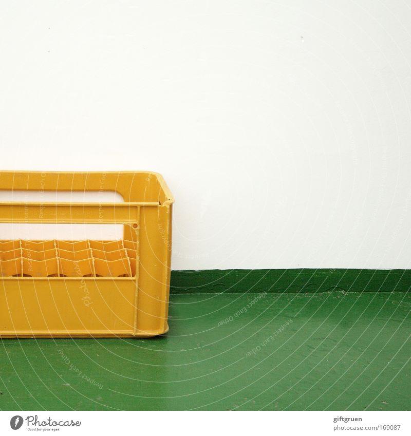 ausgetrunken grün weiß gelb Feste & Feiern leer Kunststoff Restaurant Bier Bar Alkoholisiert Kiste Nachtleben Rest vergessen ausgehen Bierflasche